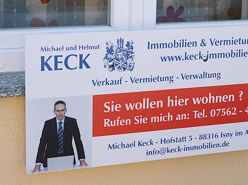 Installazione di un pannello pubblicitario con supporto a finestra