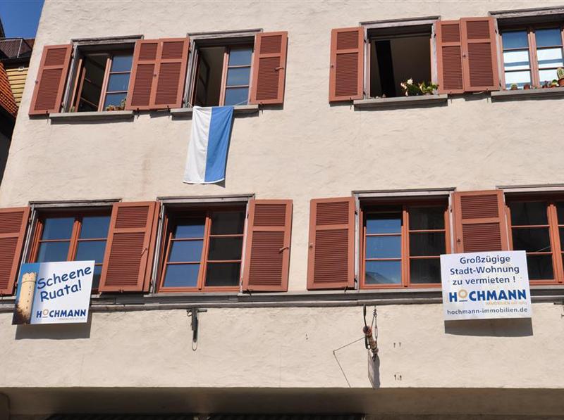 Pannelli pubblicitari installati sulla facciata di un edificio