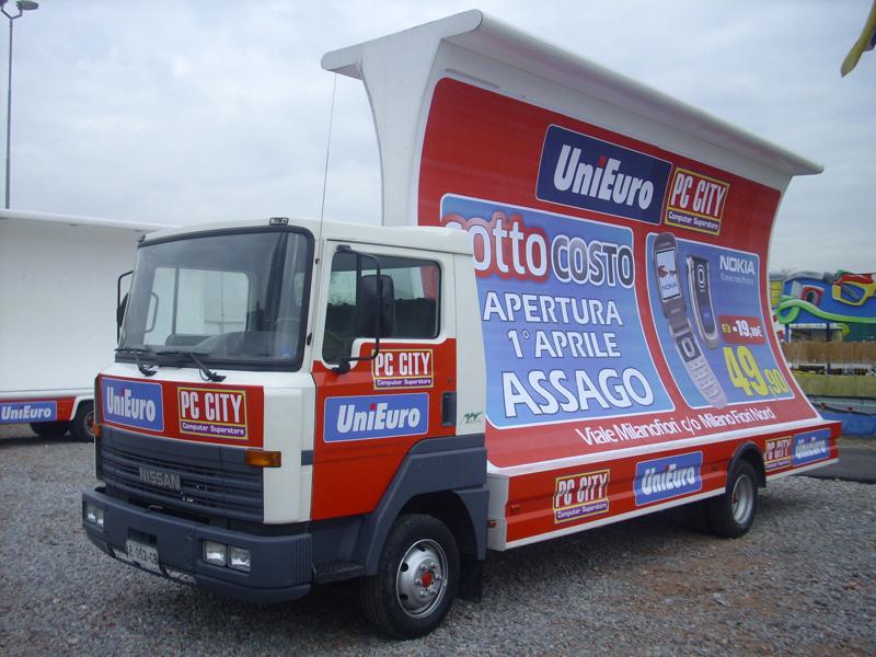 Pubblicità dinamica, camion con vela pubblicitaria