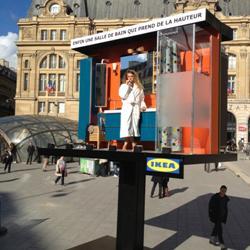 Pubblicità vivente con modella per un allestimento Ikea