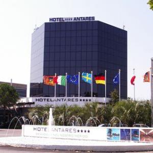 Pennoni istituzionali installati davanti ad un hotel