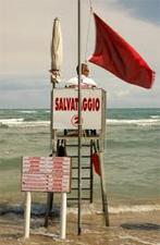 Bandiera installata sulla postazione dei bagnini in spiaggia
