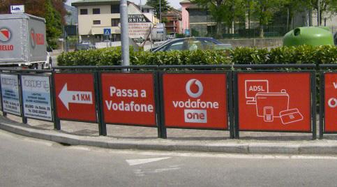 Transenne pubblicitarie modulari fisse, installate in contesto urbano