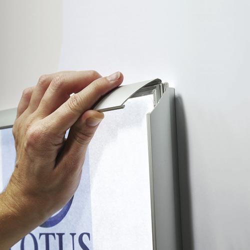 Dettaglio cornice a scatto LED