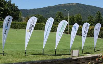 Installazione outdoor di bandiere pubblicitarie su un campo da golf