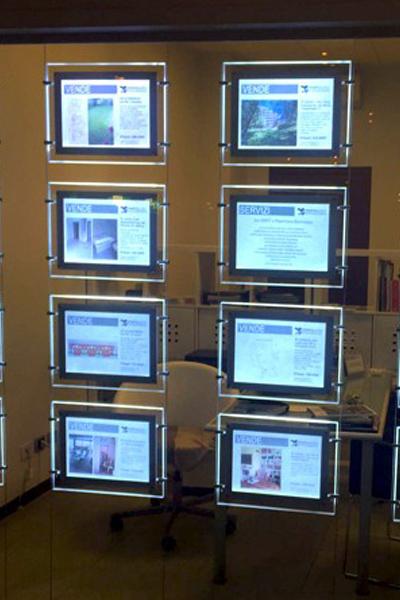 Espositore multimessaggio per vetrina, con illuminazione LED