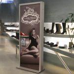 Cosa rende i totem pubblicitari così attraenti per il consumatore?