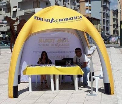 Gazebo gonfiabile allestito in piazza
