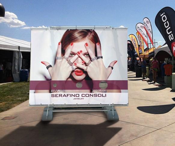 Pubblicità outdoor: big banner stand