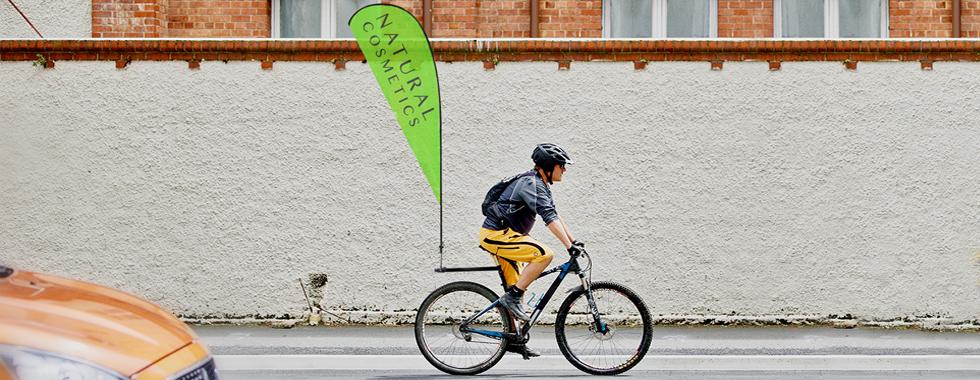 Bicicletta con bandiera pubblicitaria