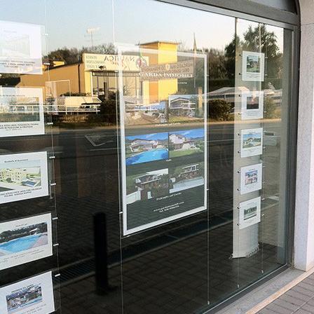 Espositori per agenzie immobiliari: Pannellux e multimessaggio