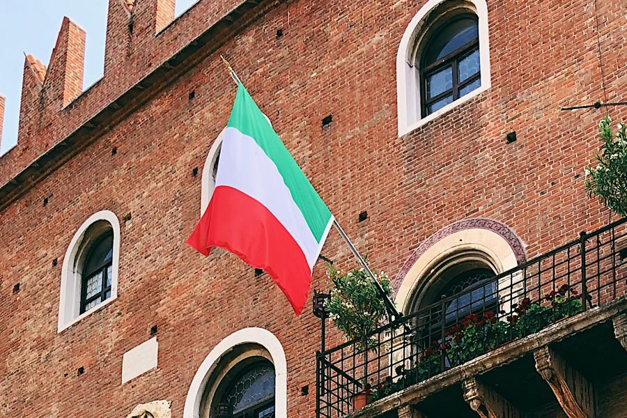 Bandiera italiana con asta